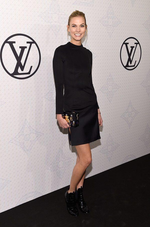 Karlie Kloss身穿LV黑色小禮服與會。圖/法新社