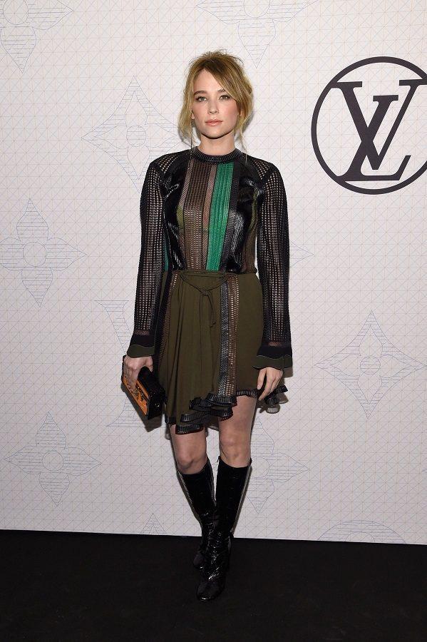 Haley Bennett選穿 LV 最新一季的異材質拼貼小禮服與會。圖/法新社