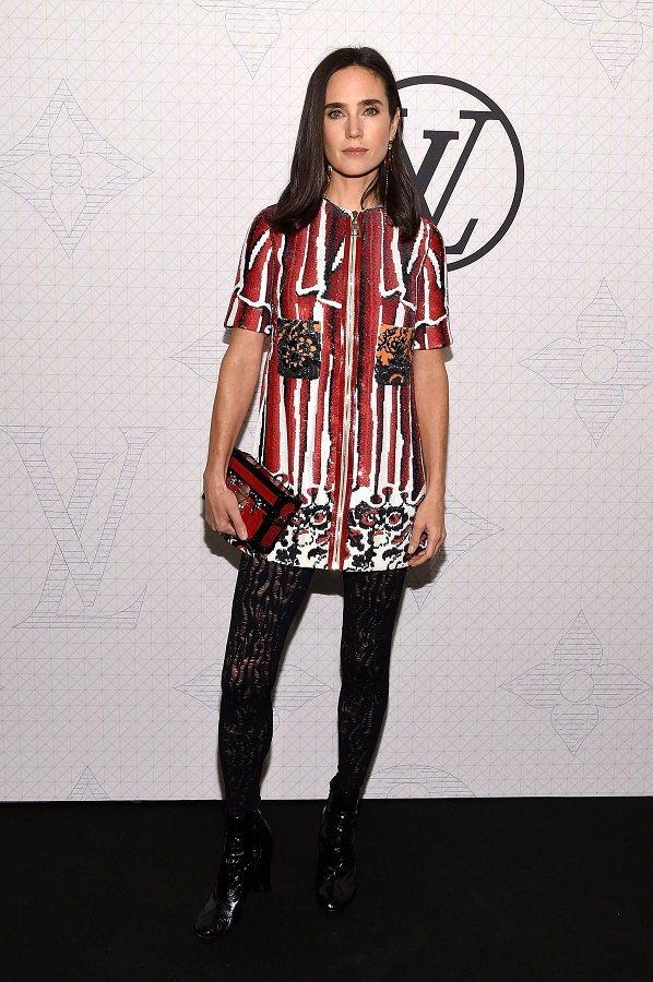 妮佛康納莉穿 LV 秋冬手繪印染直紋洋裝,拎最新款的 Monogram 迷你版行...