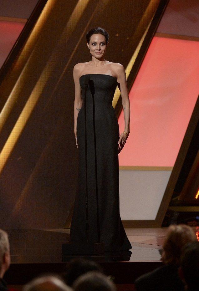 安潔莉娜裘莉近來常穿Versace禮服。圖/路透