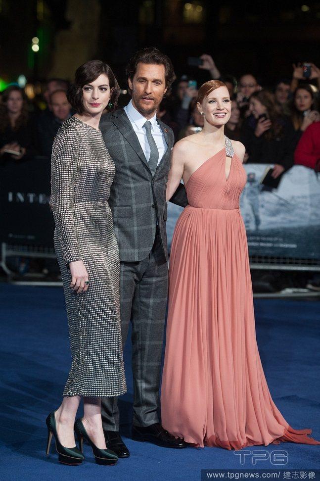 Jessica Chastain最近常和安海瑟薇一起出席首映會,下重本穿上Sai...