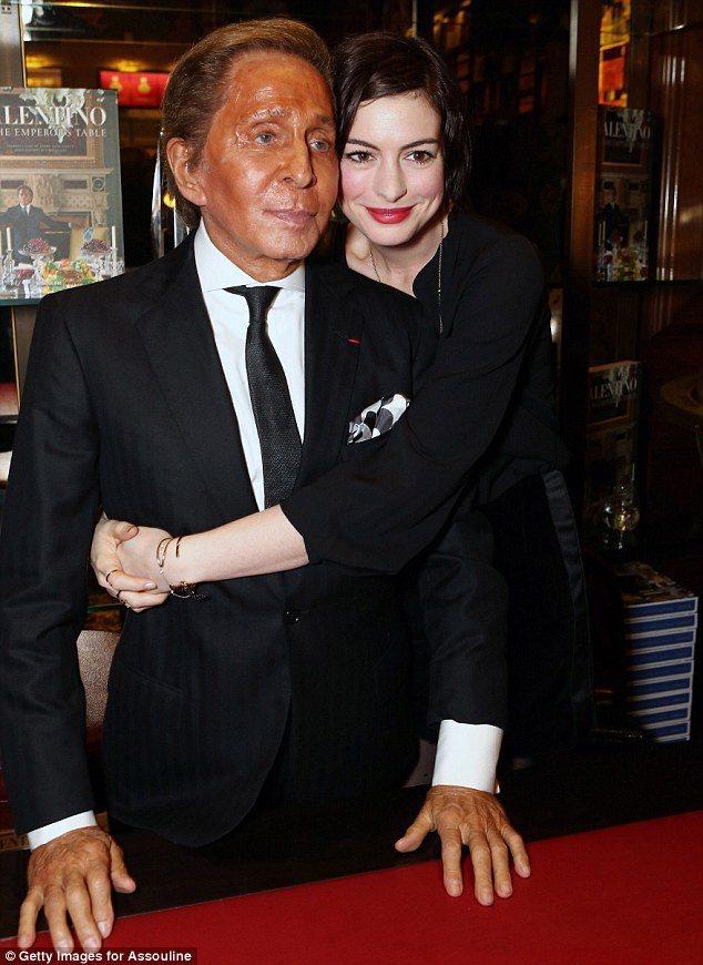 82歲的范倫鐵諾整個人看起來像是上了一層色料,站在白皙的好萊塢女星安海瑟威(An...