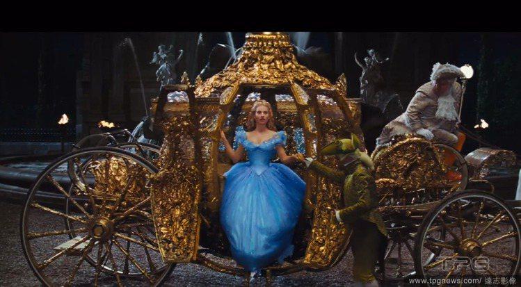 灰姑娘 Cinderella 的服裝也依照動畫中的設定,以藍、粉色為主,當然,玻...