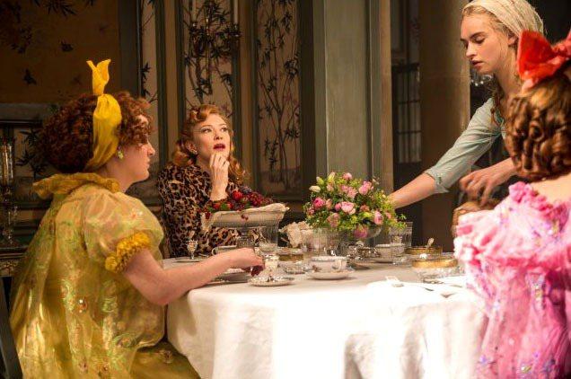 凱特布蘭琪在《灰姑娘 Cinderella》中飾演後母,造型像是刻薄的貴婦,,蓬...
