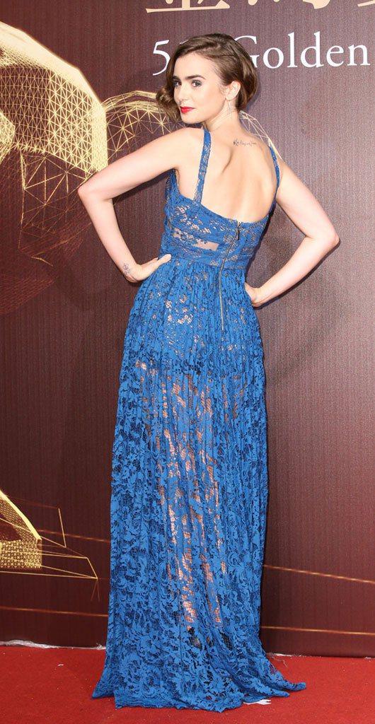 Lily Collins 以一身藍色蕾絲鏤空禮服走星光大道。圖/記者林澔一攝影