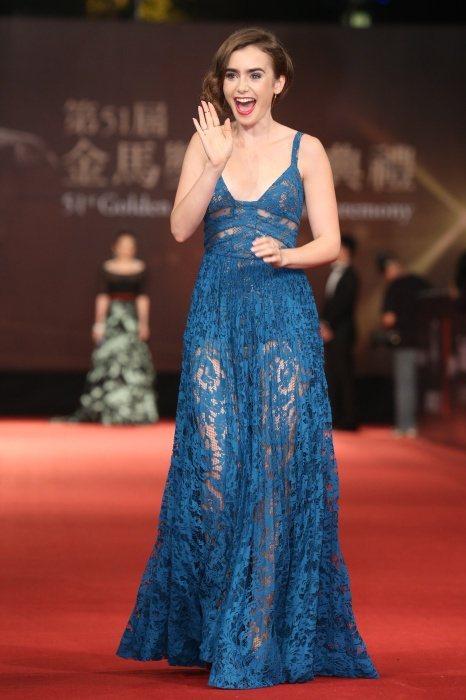 Lily Collins 以一身藍色蕾絲鏤空禮服走星光大道。圖/記者陳立凱攝影