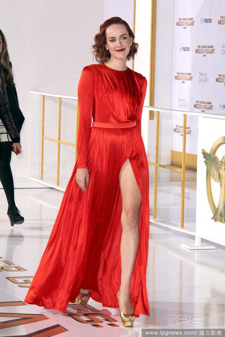 吉娜馬隆以一襲緞面 Emanuel Ungaro 的橘紅色禮服現身電影首映會,復...