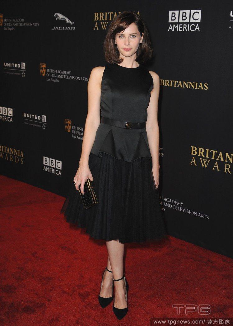 Felicity Jones身穿Christopher Kane小黑洋裝,上半身...