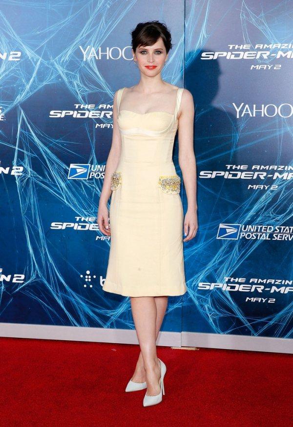Felicity Jones身穿淡黃色低胸連身裙,刻意描繪胸型的設計與腰間的精緻...