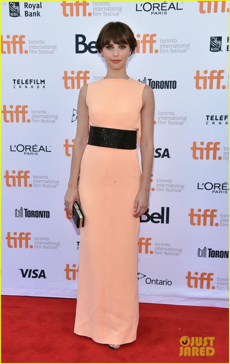 粉橘色削肩禮服看起來古典,加上黑色寬版皮袋後多了一絲前衛氣息。圖/擷自justj...
