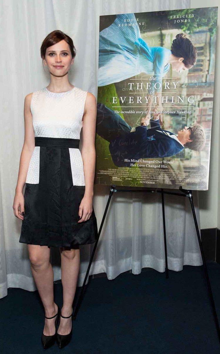 Felicity Jones身穿一件黑白洋裝,黑裙上的白色設計,使洋裝看起來俏皮...