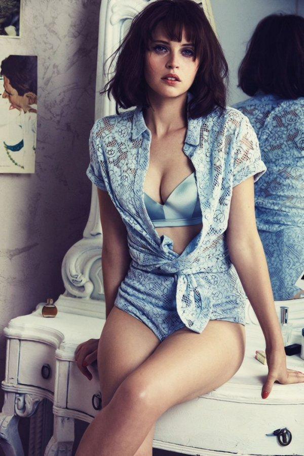 英國女星 Felicity Jones 擁有一雙迷濛電眼與氣質娃娃臉。圖/擷自l...