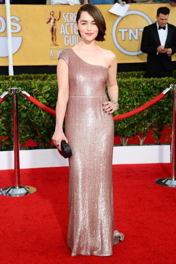 這身 Calvin Klein 裸色斜肩禮服,優雅的線條與奢華柔美的色調,讓她看...