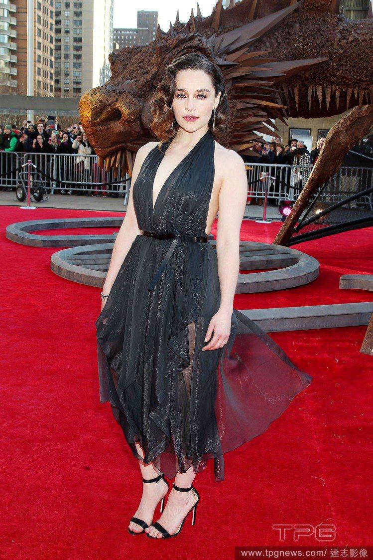 Donna Karan黑色深 V 禮服狂野性感,薄紗裙襬帶來浪漫魅力風情。讓 E...