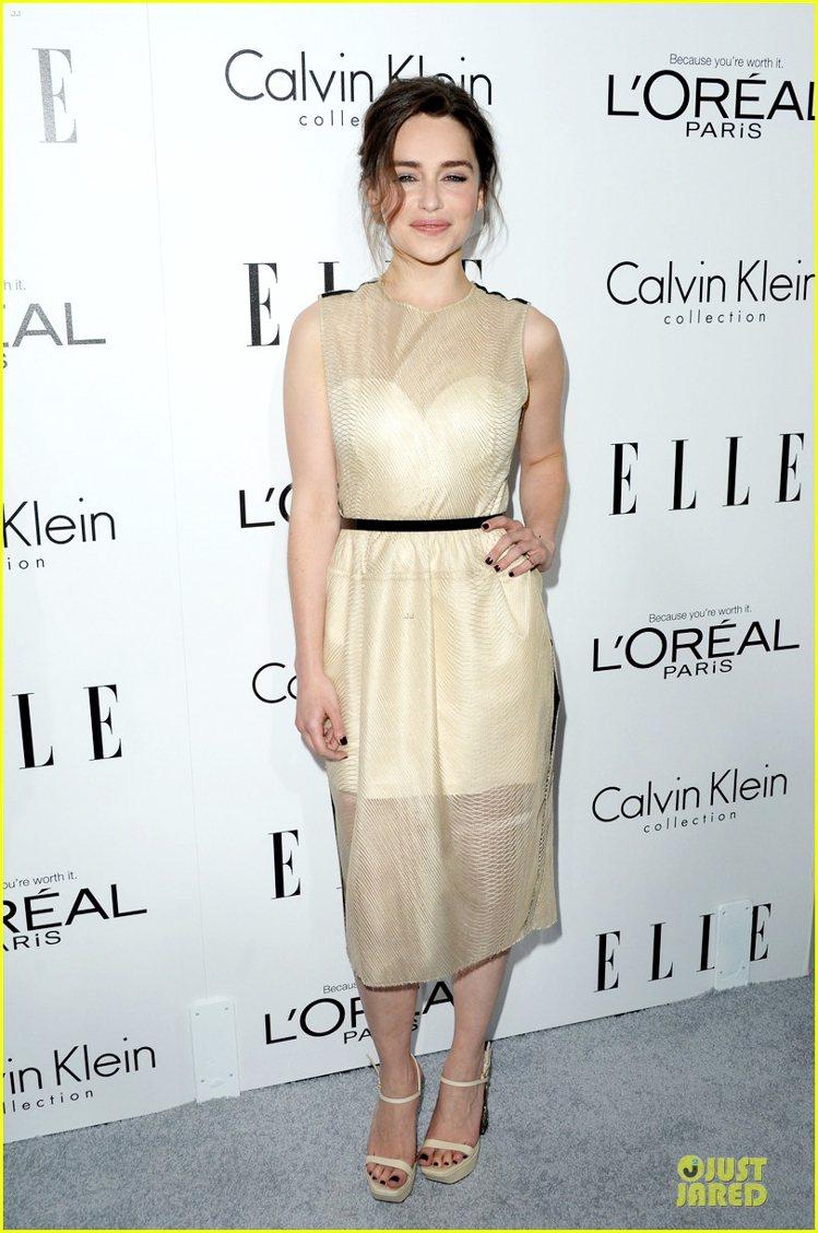 Emilia Clarke 穿米黃色洋裝,透視拼接元素讓這件洋裝優雅起來,搭配同...