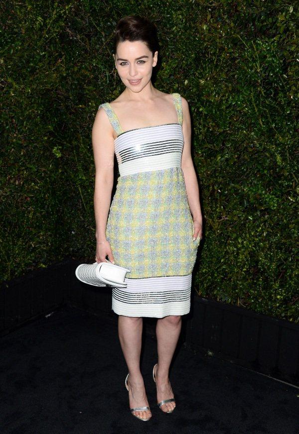 Emilia Clarke 的細肩帶小洋裝,黃綠色格紋搭配銀白線條,加上一雙銀色...