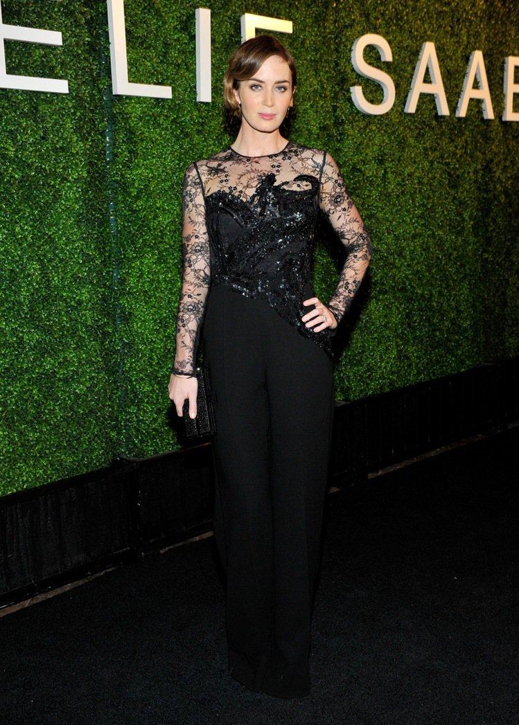「明日邊界」女星艾蜜莉布朗出席時尚晚宴,配戴萬寶龍珠寶為性感加分。圖/萬寶龍提供