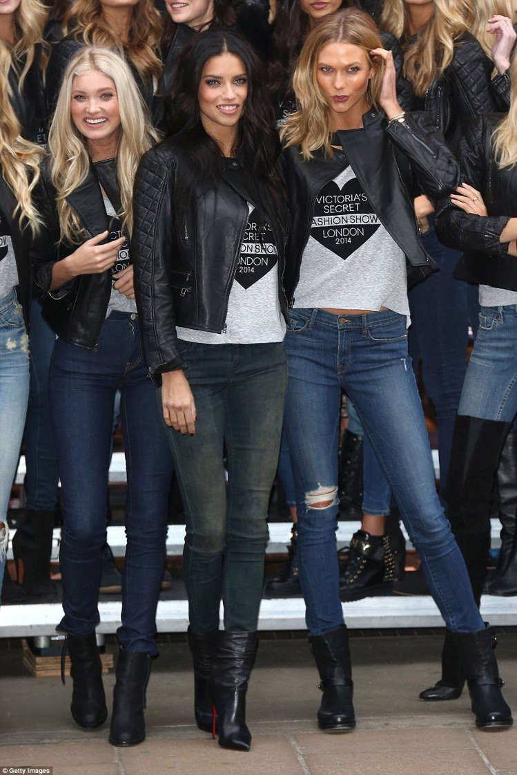 維多利亞的祕密超模們拜訪品牌的倫敦分店,宛如人氣女子偶像團體般,聲勢十分浩大。圖...