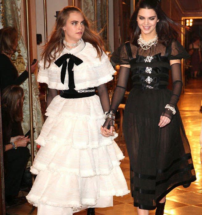 卡拉迪樂芬妮和坎達爾珍娜日前為 CHANEL Métiers d'Art 走秀,...