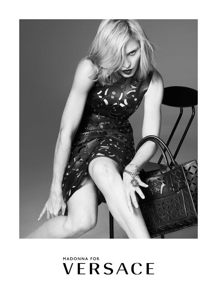 瑪丹娜穿Versace明年春夏新裝代言廣告。圖/Versace提供