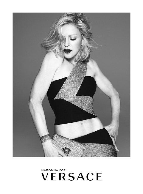瑪丹娜代言Versace廣告,秀出健美臂肌。圖/Versace提供