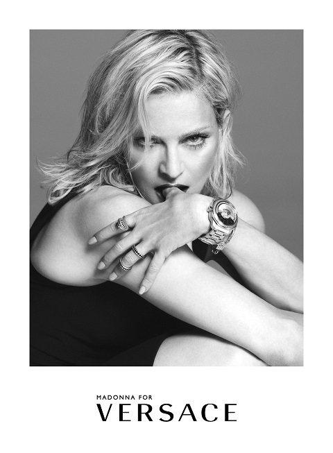 瑪丹娜在Versace廣告,表情性感狂野 。圖/Versace提供
