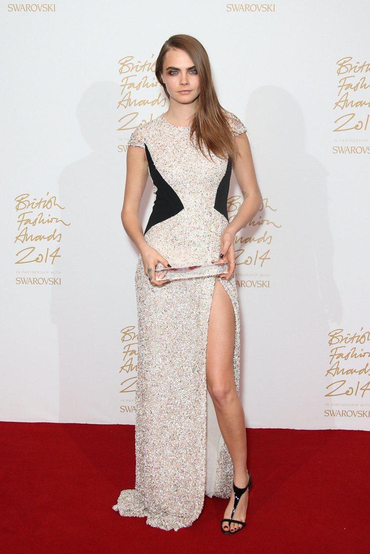 卡拉迪樂芬妮日前穿Burberry銀色禮服亮相英國時尚大獎,當天遇見她的男模 R...