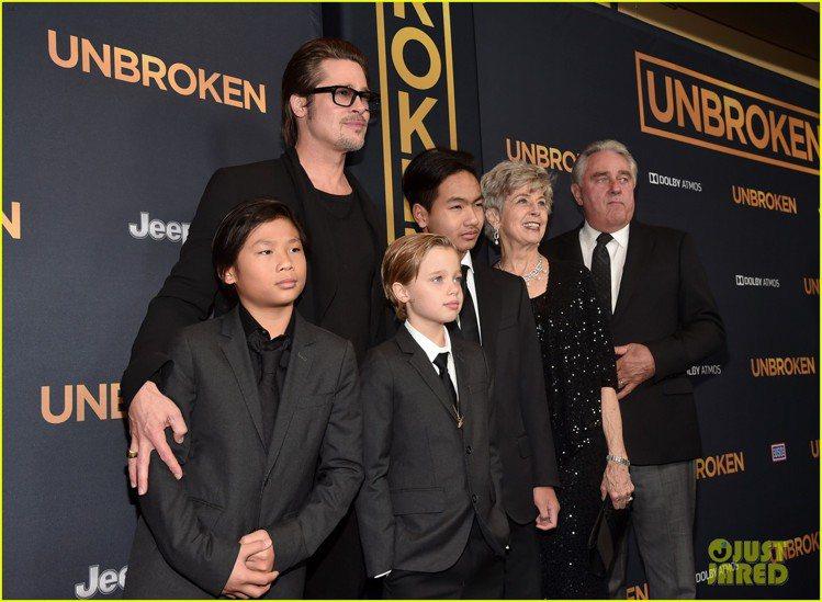 布萊德彼特昨日出席老婆安潔莉娜裘莉執導的 《Unbroken》好萊塢中國戲院首映...