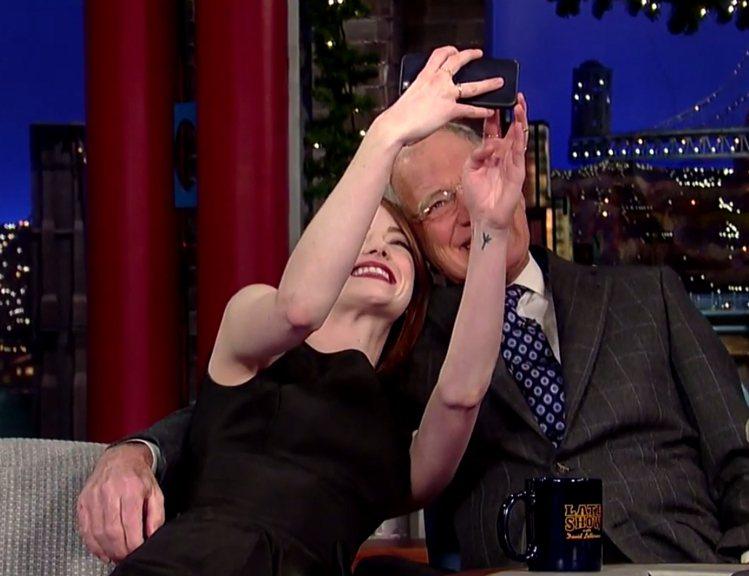 艾瑪史東上美國《大衛深夜秀》和主持人玩起自拍。圖/擷自youtube