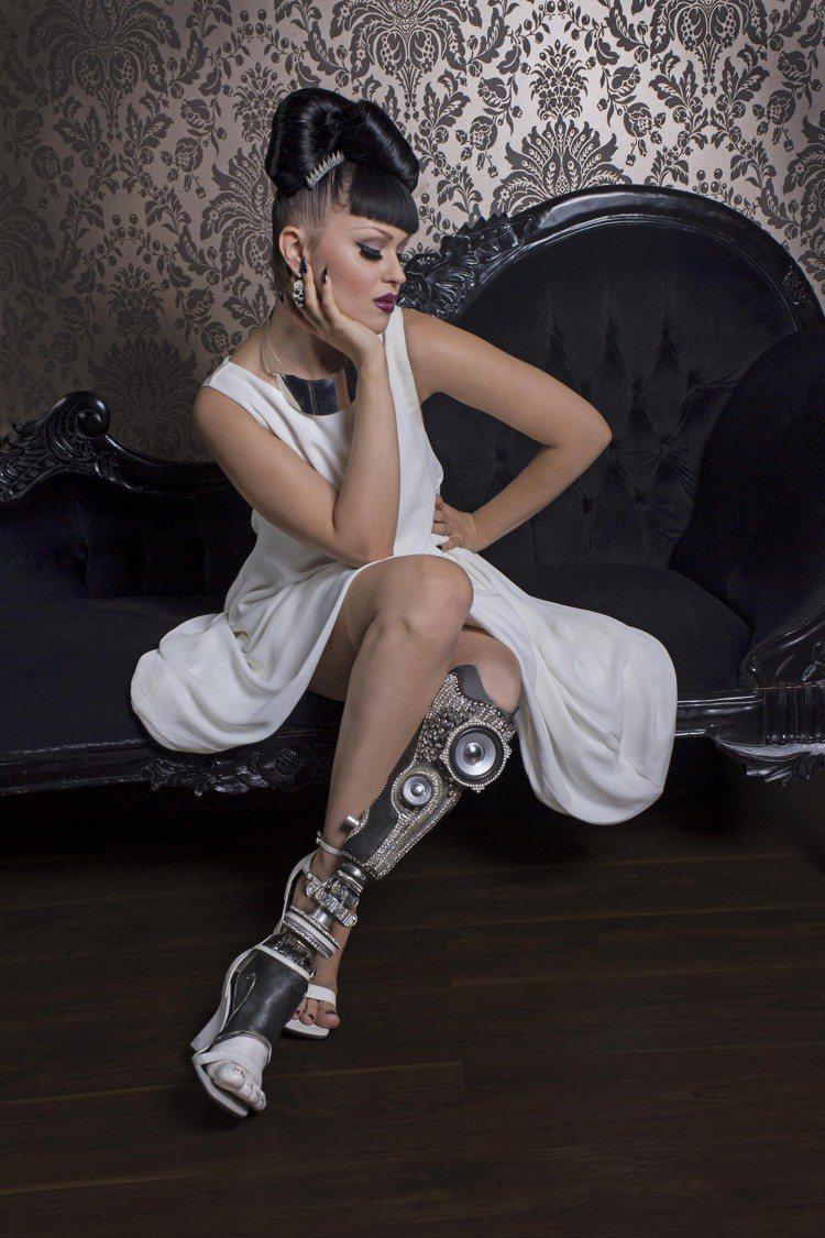 截肢後,Viktoria Modesta 並沒有因此自怨自艾,反而試著將病腿當作...