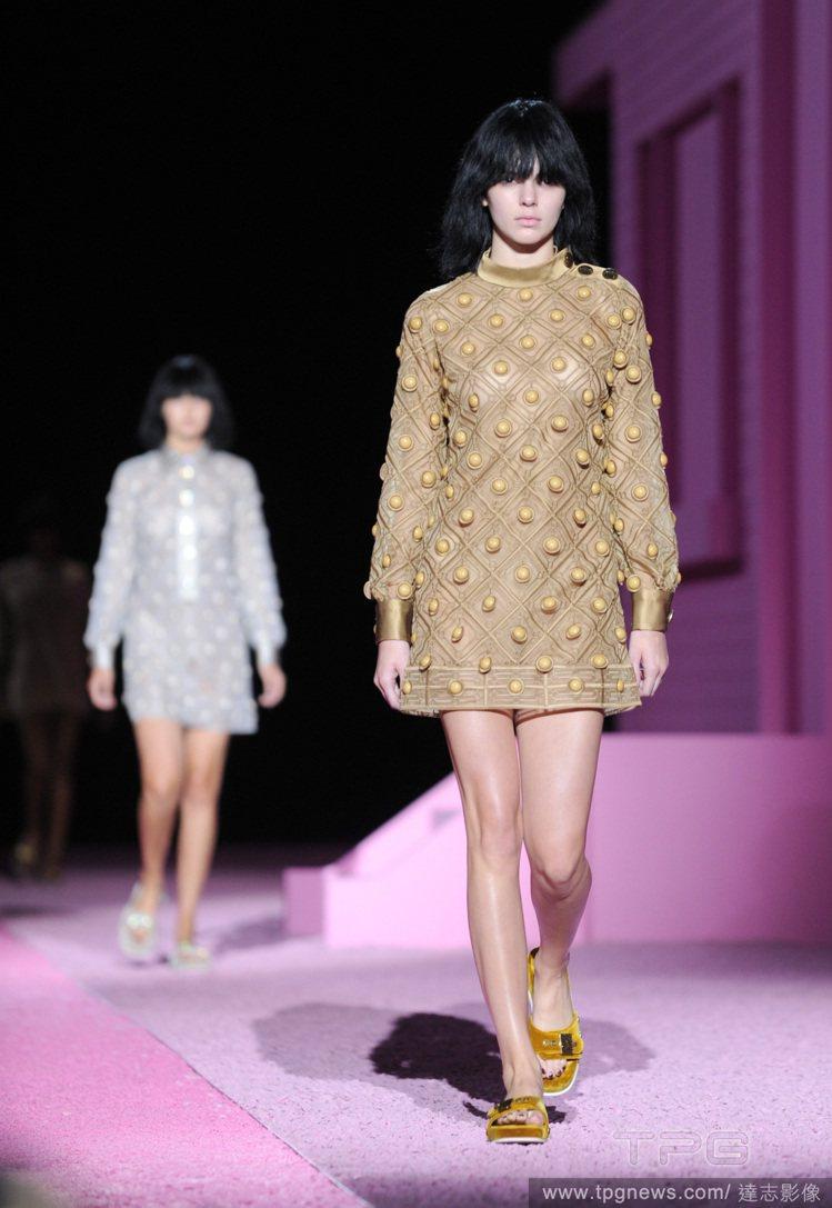 Marc Jacobs 2015 春夏新裝帶來奇異的軍裝風情。圖/達志影像