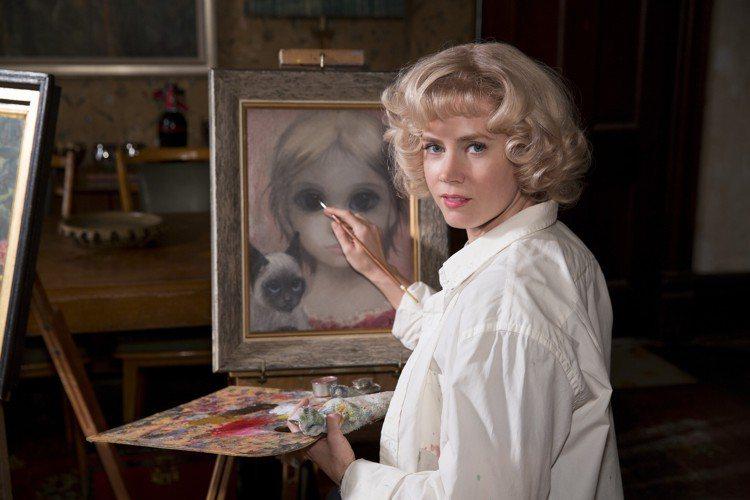 女主角艾美亞當斯的金色捲髮,將五○年代的優雅淑女風情完美展現。從場景到造型的用心...