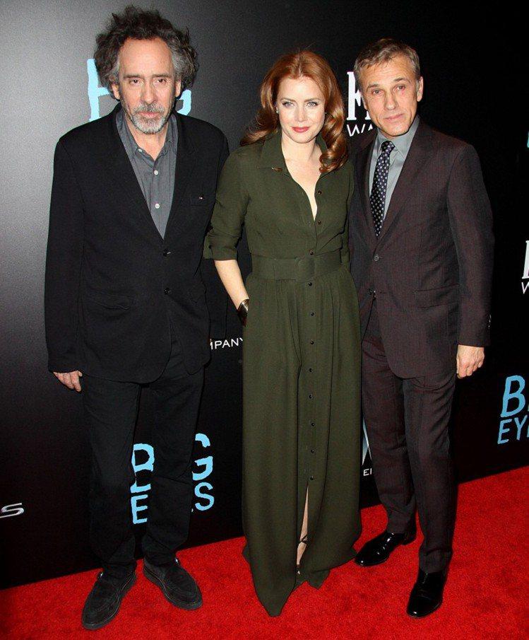 《大眼睛》美國首映會,女主角艾美亞當斯以一襲深色性感開衩禮服與男主角克里斯多夫沃...