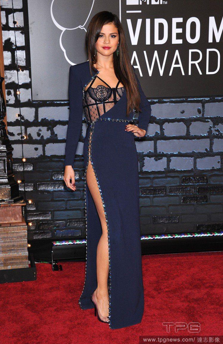 賽琳娜戈梅茲的禮服,原本已經開高衩開到腰,上半身又大敞開、露出華麗的蕾絲馬甲。視...