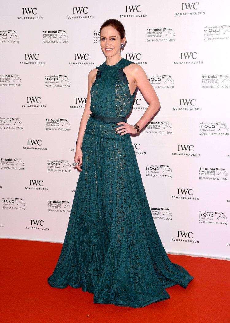 工作滿檔的好萊塢女星艾蜜莉布朗(Emily Blunt),跑活動時經常選穿小洋裝...