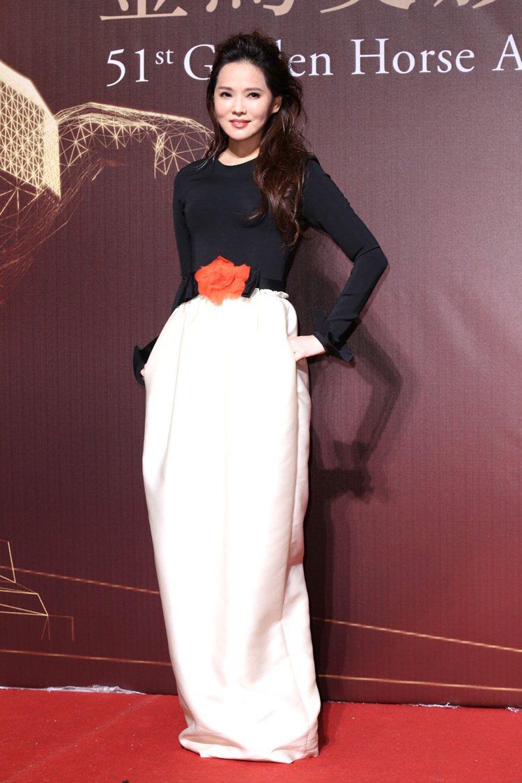 伊能靜之前在金馬獎上穿的一身黑白配色禮服,也是出自 LANVIN 2015 早春...