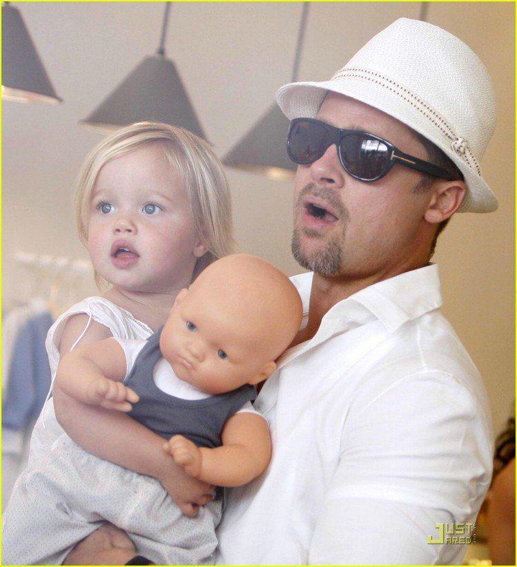 Shiloh以前也曾經喜歡玩洋娃娃。圖/擷自justjared