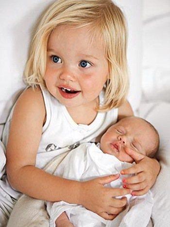 Shiloh第一次見到龍鳳胎弟弟妹妹時笑得超可愛。圖/擷自wikia.com