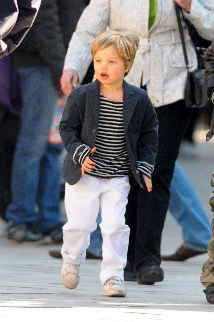 約莫四歲起,Shiloh 慢慢開始喜歡穿得比較帥氣。頭髮越剪越短。圖/擷自jus...
