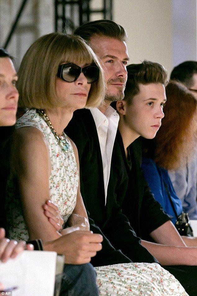 貝克漢帶著孩子們去欣賞 Victoria Beckham 2015 春夏服裝秀。...