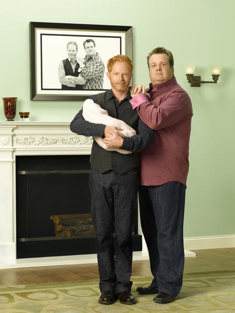 《摩登家庭》兩位同志爸爸 Mitchell(左) 與 Cameron(右) 一起...
