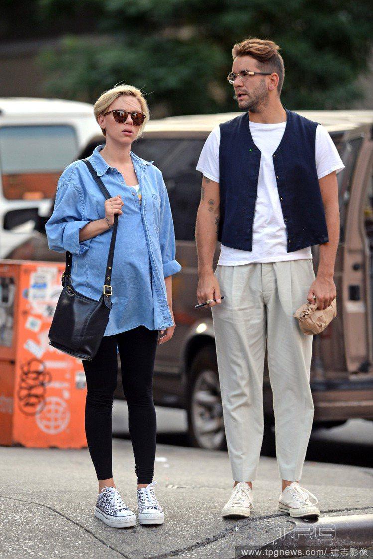 史嘉莉喬韓森和法國記者男友 Romain Dauriac 10 月初已經低調結婚...