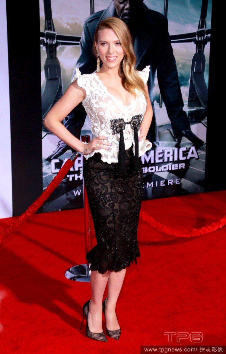 史嘉莉喬韓森身穿 Armani 黑白蕾絲洋裝。深V的剪裁也讓上圍豐滿的她看來更加...