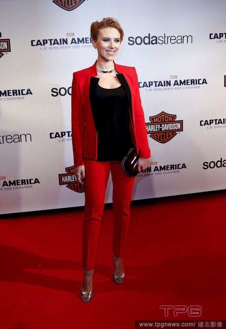 Michael Kors ˙紅黑拼接西裝褲裝剪裁特別,外型看起來更摩登俐落,也比...