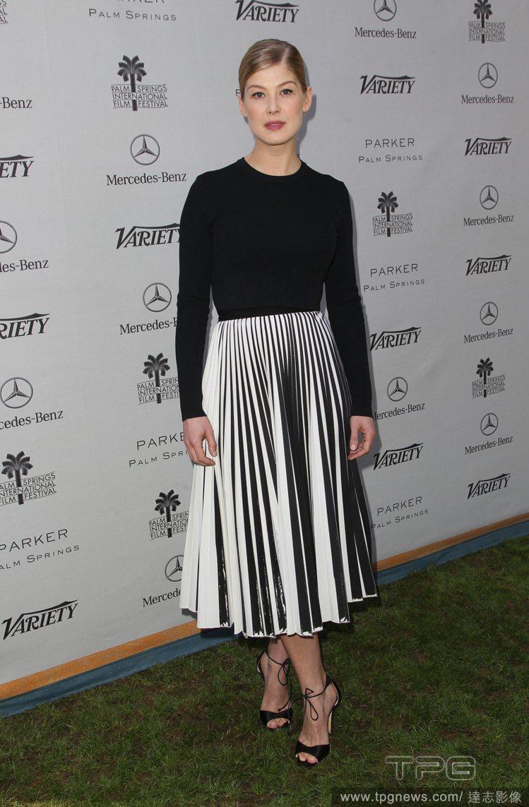 羅莎蒙派克這件 Proenza Schouler 洋裝,以線條簡單的黑色上衣,為...