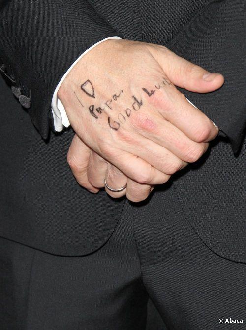 班艾佛烈克2013年以《亞果出任務》橫掃許多影展,兩個女兒在他手上寫下papa,...