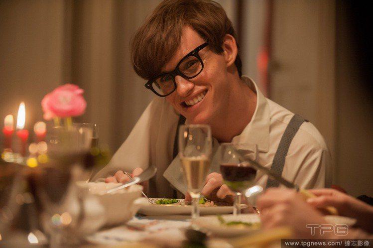 在電影《愛的萬物論》中,艾迪瑞德曼飾演天文物理學家史蒂芬霍金,生動細膩的表現讓他...