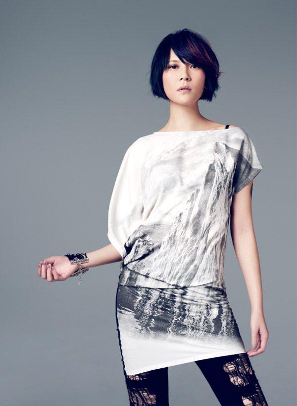 前陣子剛辦完演唱會的楊乃文,出道以來從來離不開外界給她的「酷」字封號,可是在她的...