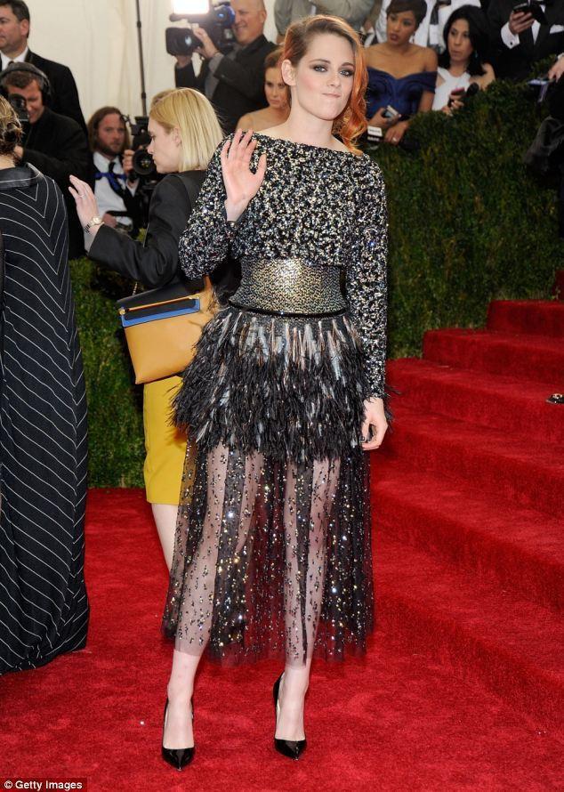 克莉絲汀史都華一身閃亮的禮服,卻因為寬腰帶、緊身設計與雞毛毯子般的裝飾,使她看起...