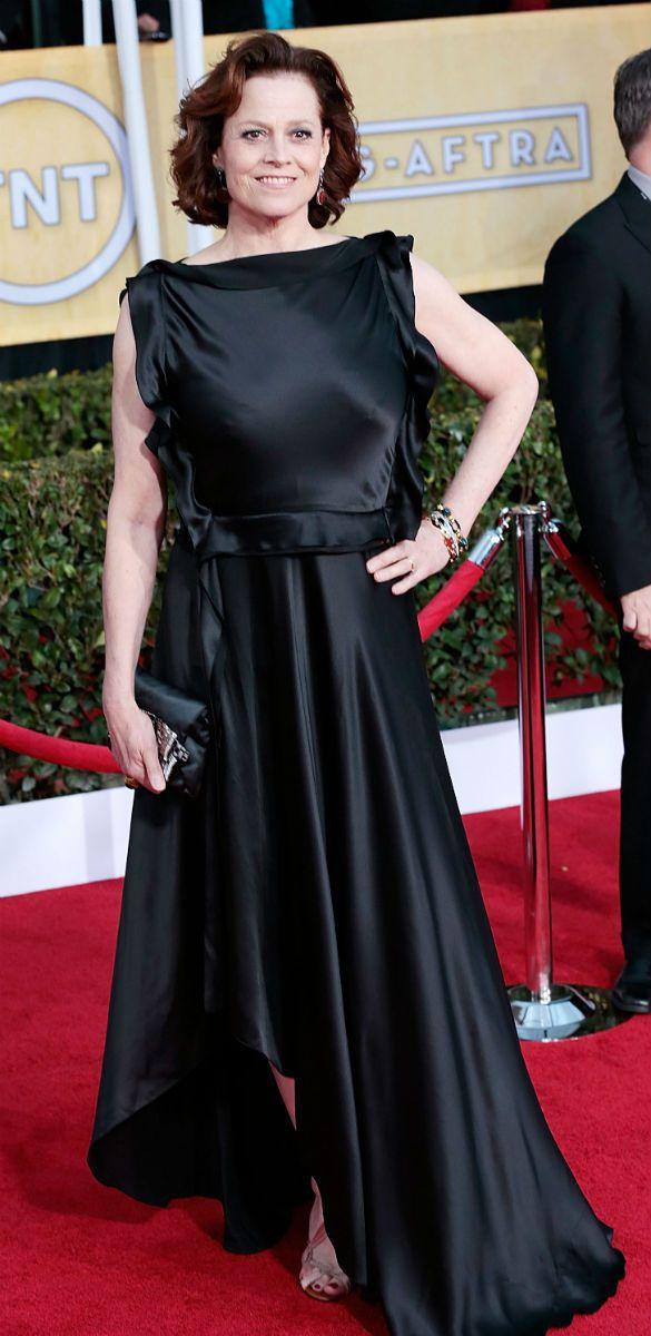雪歌妮薇佛將 Lanvin 這件黑色禮服反著穿,導致上半身過於寬鬆,不僅原本的剪...